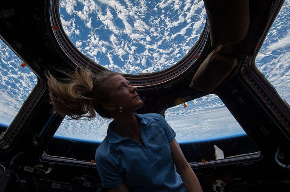 karen_nyberg_enjoys_view_of_the_earth.jpg